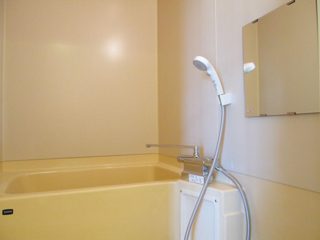 シンプルできれいなバスルームです。