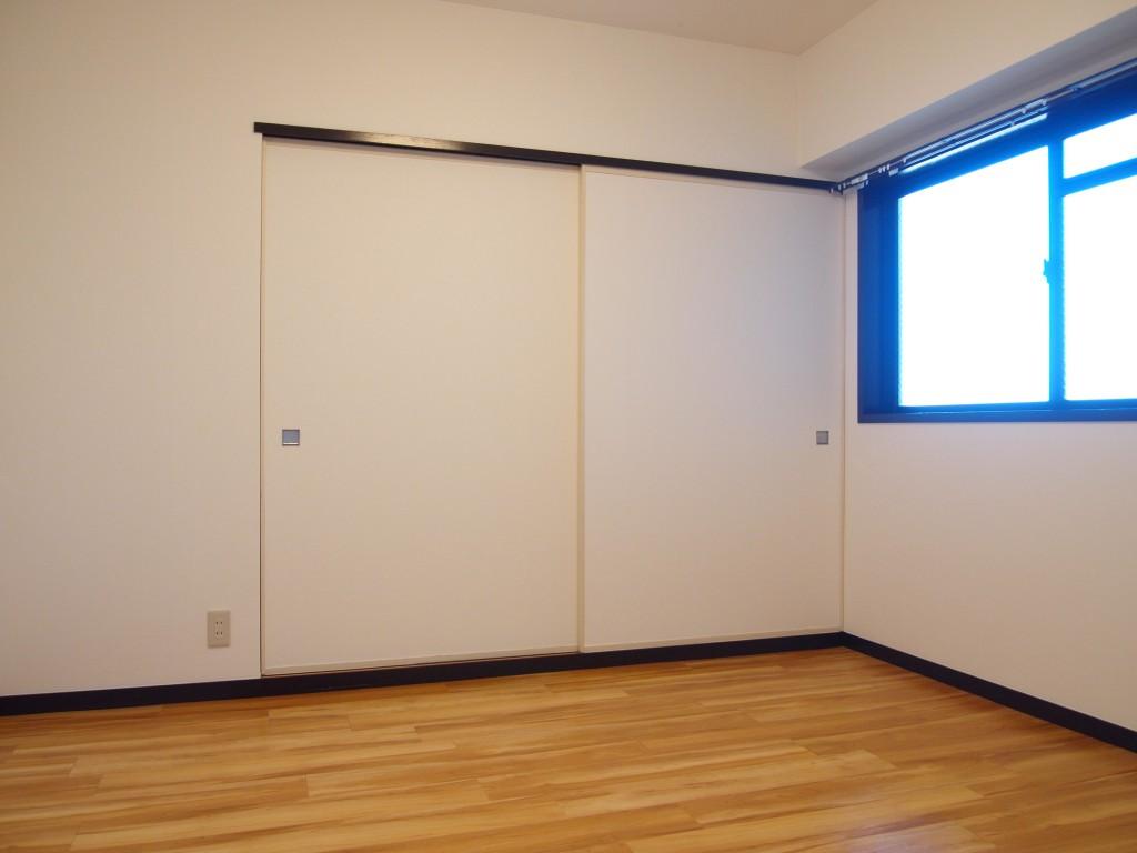 玄関入って右手の6帖の洋室です。