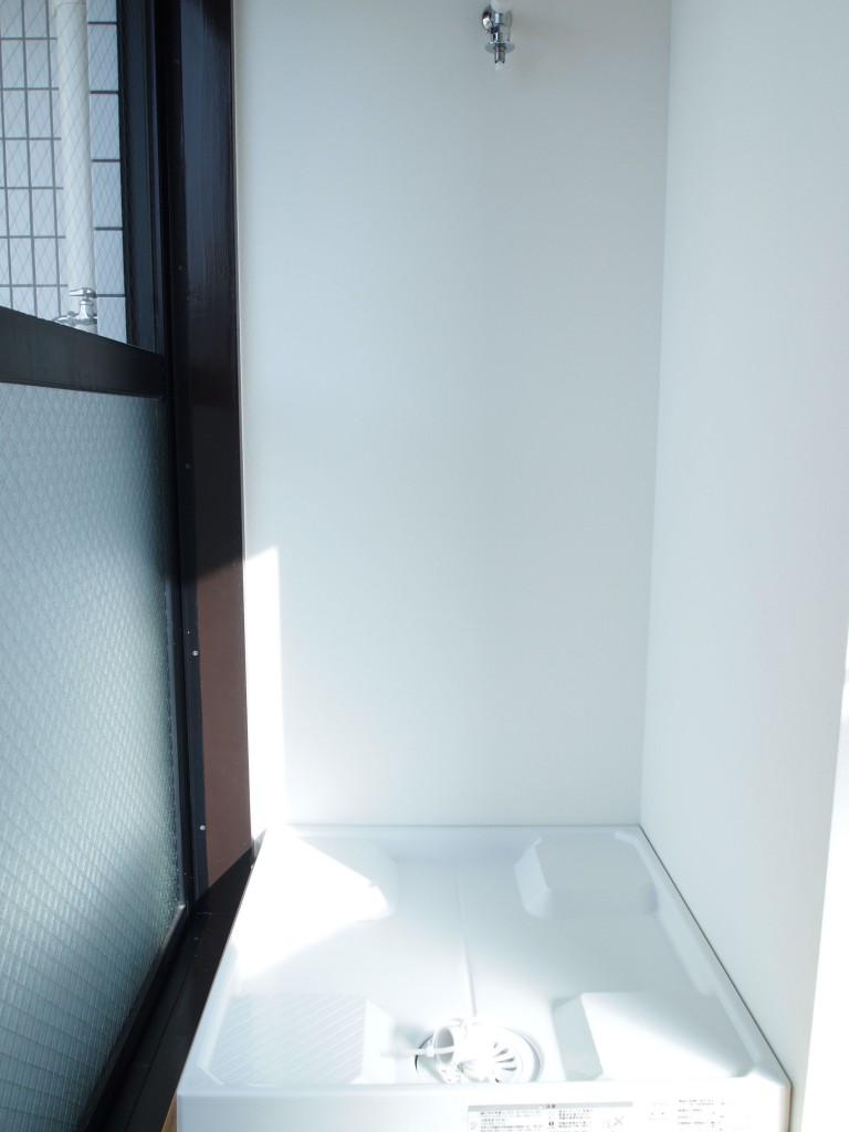 LDKの奥には洗濯機置き場があるので、洗ったらすぐに干せます。