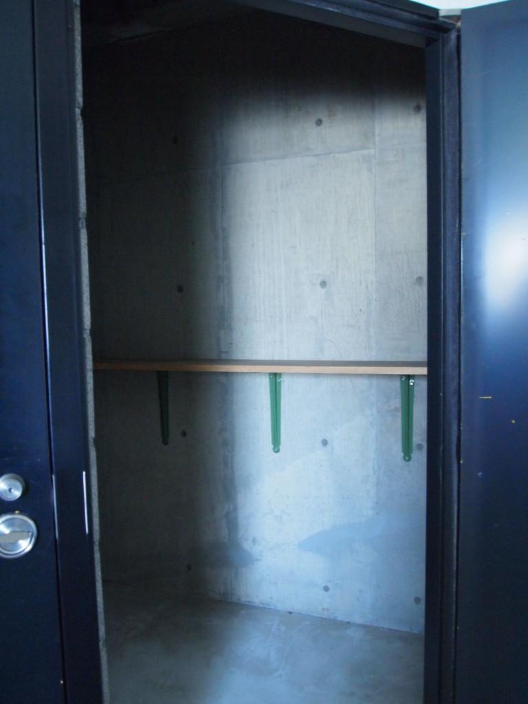 開けると鍵付きのトランクルーム。アウトドア用品など収納できます。