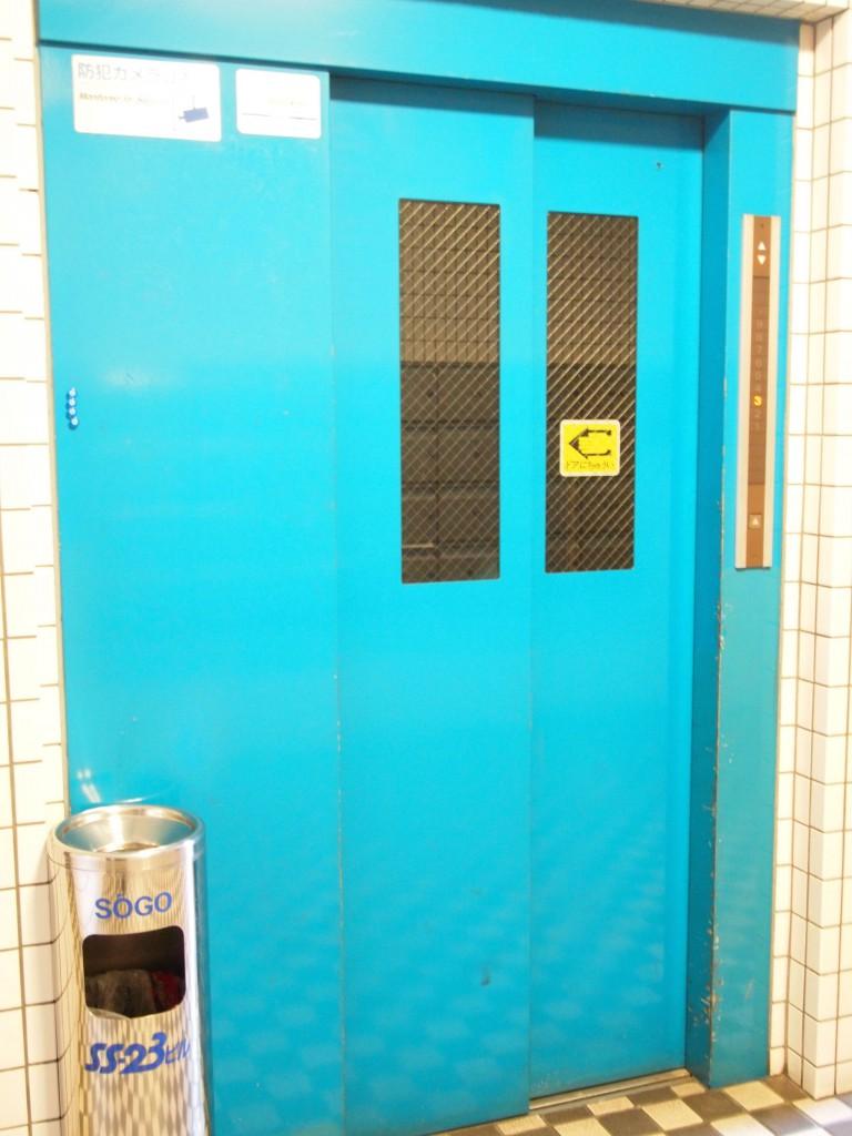 エレベーターの色はビビッドなブルー。
