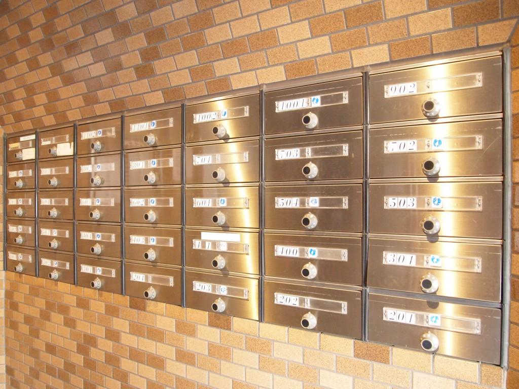 中に入ると郵便ポストが完備されています。