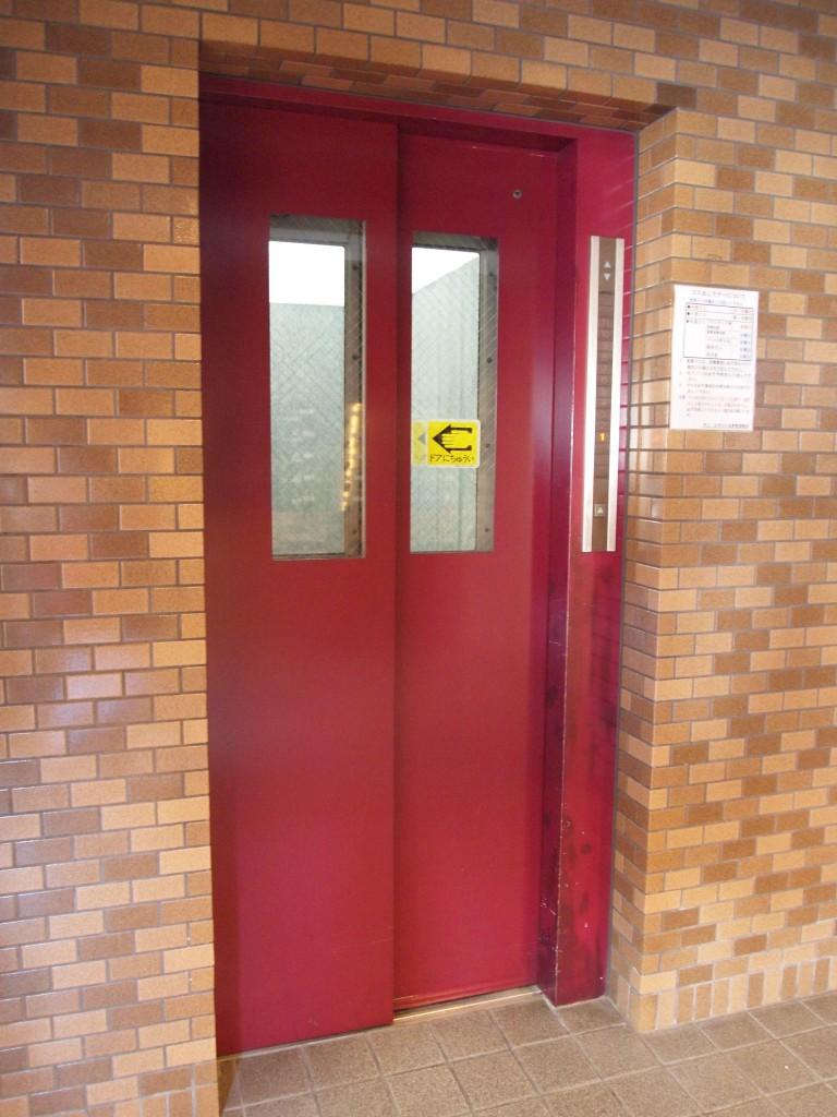 赤色が可愛いエレベーターがあります。