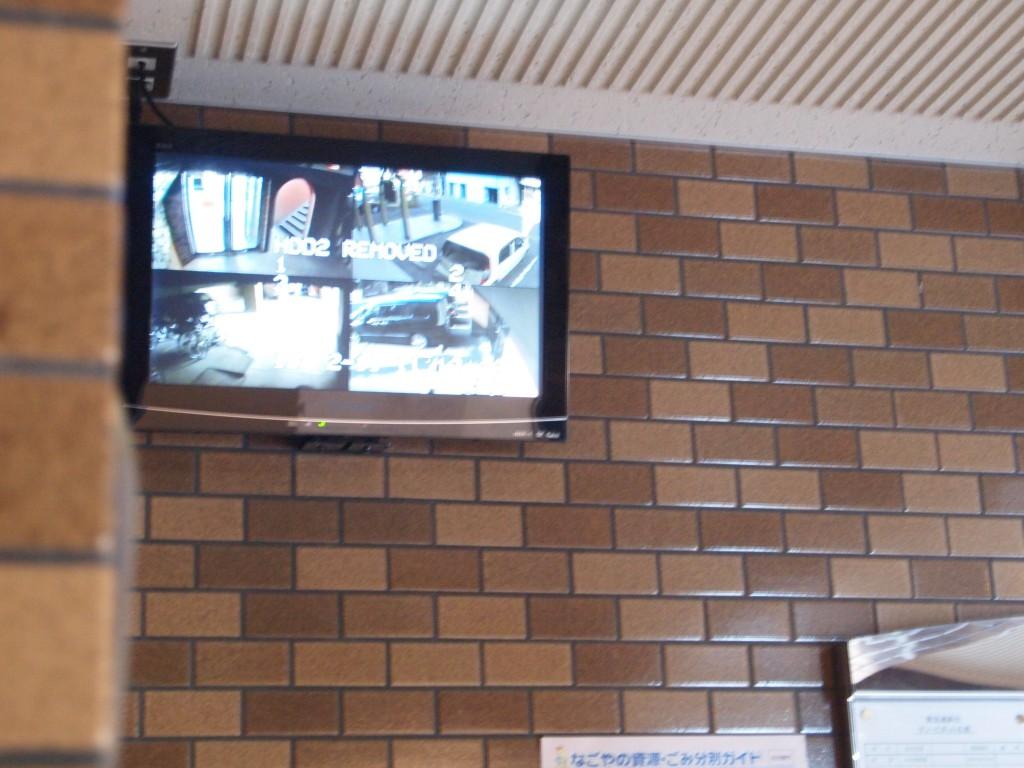エレベーターの隣には、監視カメラのモニターがあります。