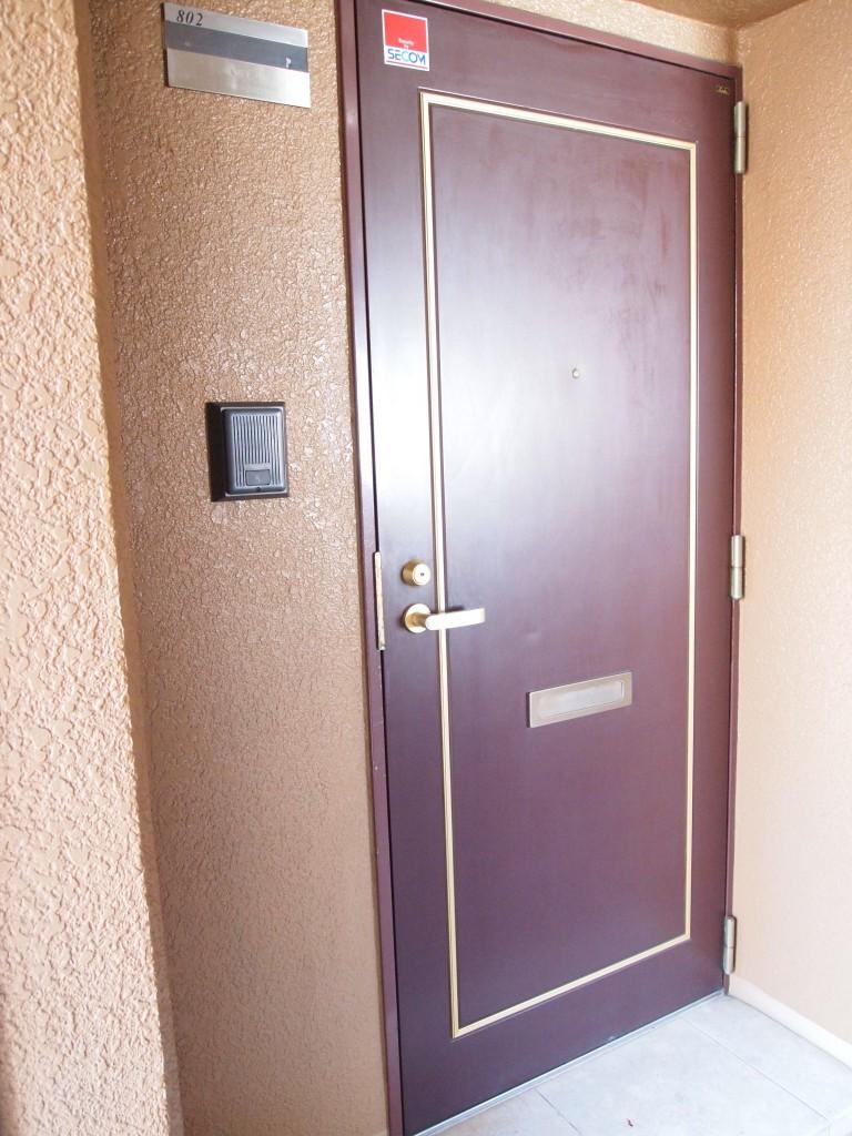 えんじ色の扉がレトロで可愛い802号室。