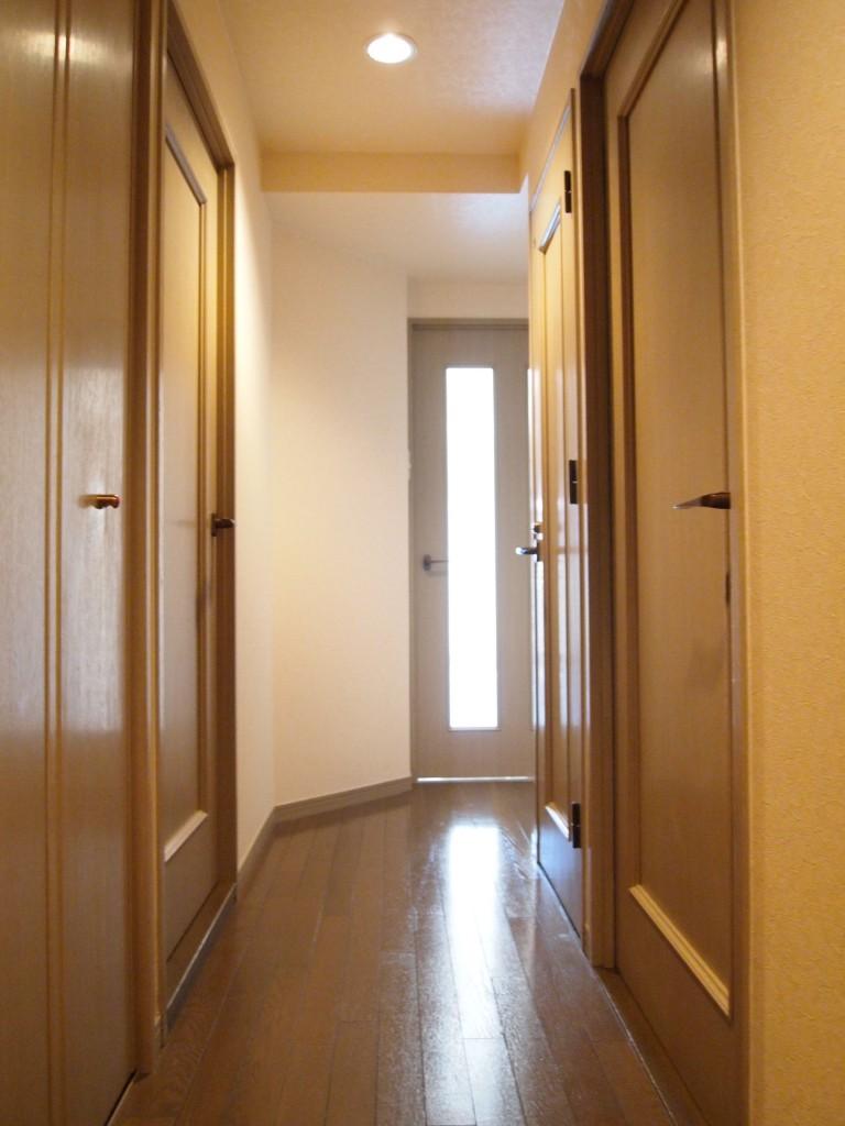 玄関から見たリビング扉方向の風景。