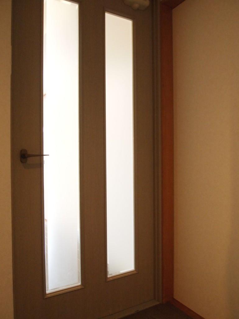 廊下の突き当たりには扉が二枚あります。