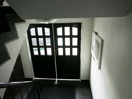 玄関を開けてお部屋を出ても、英国の雰囲気が漂います。