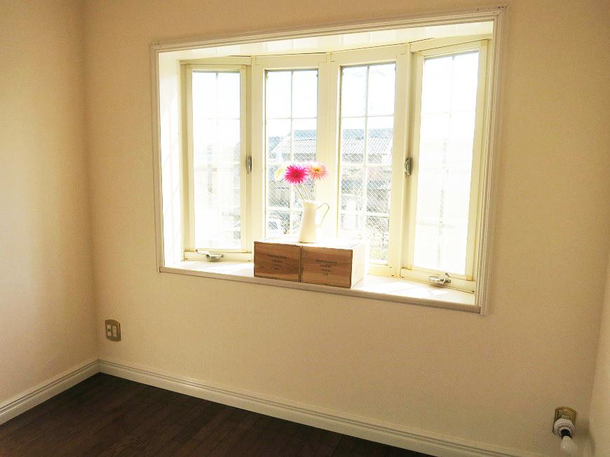 出窓もあってお気に入りの小物も飾れたり、南面2室だから朝日もたっぷり