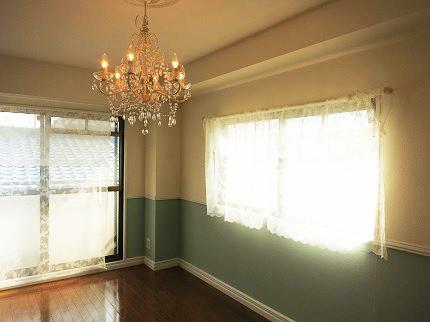 7帖の洋室にはかわいいゴーキャスな照明がついています。
