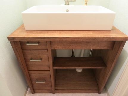 木製の洗面台があたたかい雰囲気を漂わせます。