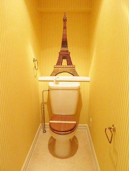 トイレの壁紙はエッフェル塔。まるでパリにいる気分。