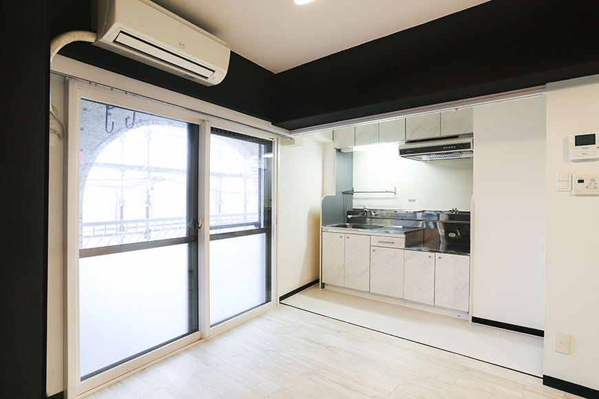 リビングスペースに区別があり実用的なキッチン。