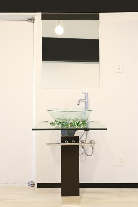 なんとも不思議な位置取りの洗面台。8A0A7367_670