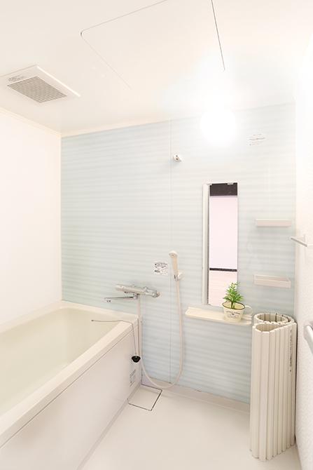 中は白くてとても綺麗なバスルーム。