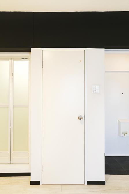 ワンルームの中に突然ある扉が…