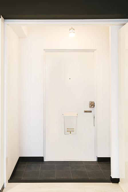 玄関扉は室内感覚の扉になっています。