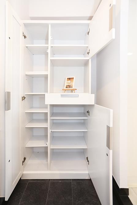 玄関には靴箱と戸棚があります。棚の数がすごいですね。