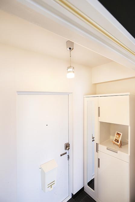 玄関スペースと部屋の間には引き戸の代わりにカーテンレールがついています。