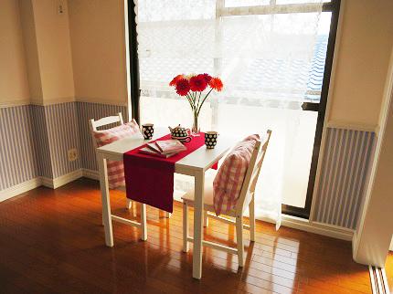 日当たりの良いリビングには、大きな窓から光が差し込みます。