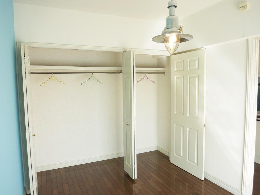 洋室には収納力抜群のクローゼットがあります。