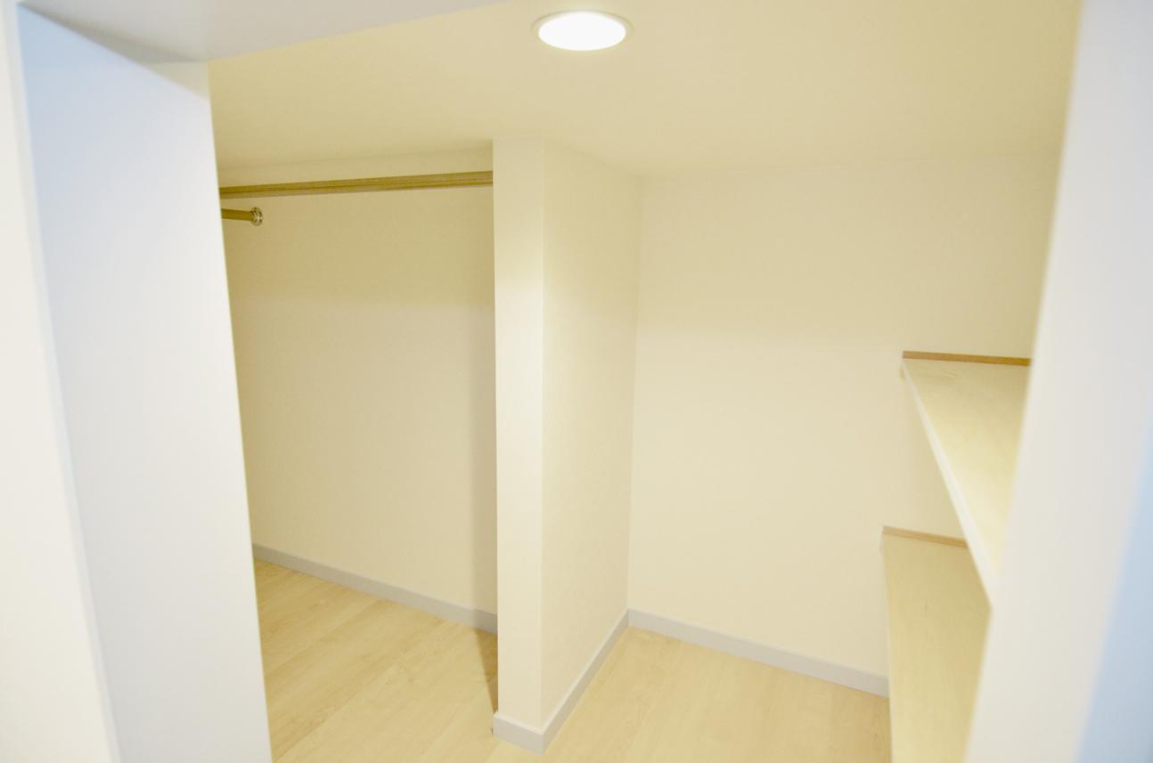 ロフト奥の収納スペース。棚もついてて衣装ケースなどが置けます__DSC_4695
