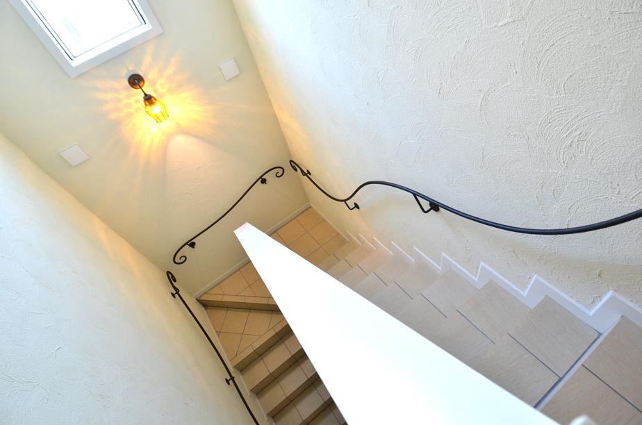 ヨーローッパ調の共用階段(2階から)_DSC_4776