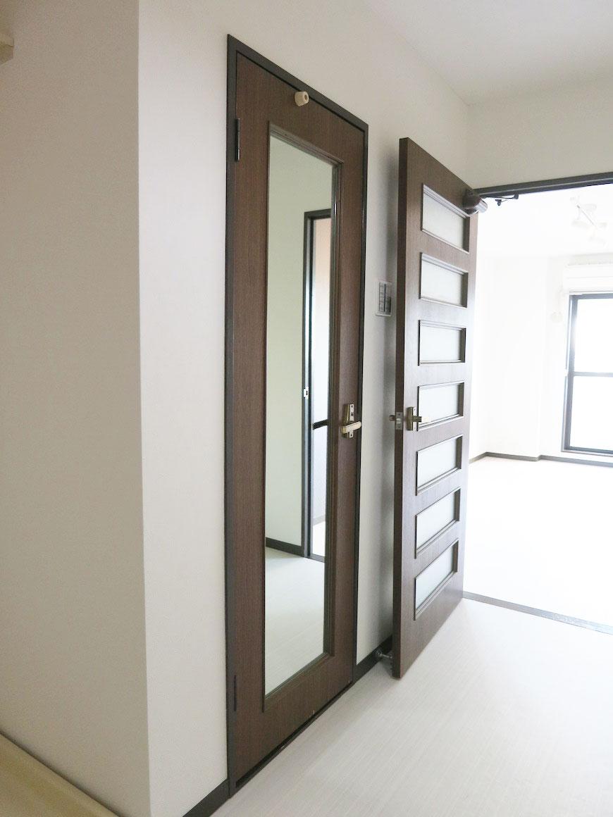 ドアには全身写せる姿見鏡IMG_1724