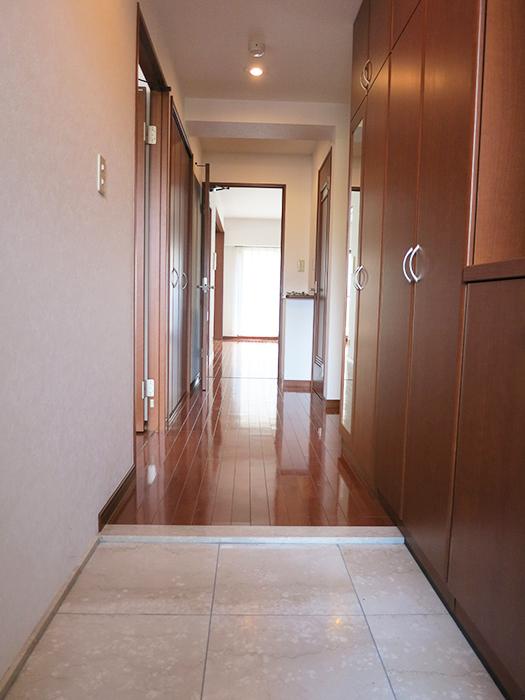 玄関にも収納スペースがありますIMG_2078_rth