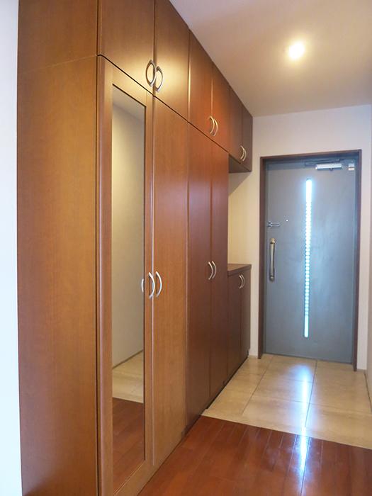玄関にも収納スペースがありますIMG_2084_rth