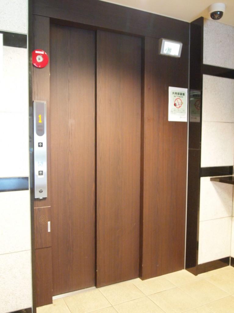 木の温かみあるエレベーターOLYMPUS DIGITAL CAMERA