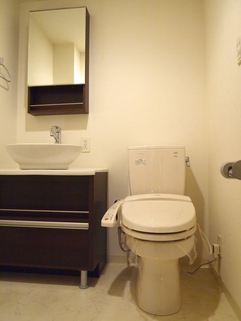 洗面台もダークブラウンの木目パネルでおしゃれOLYMPUS DIGITAL CAMERA