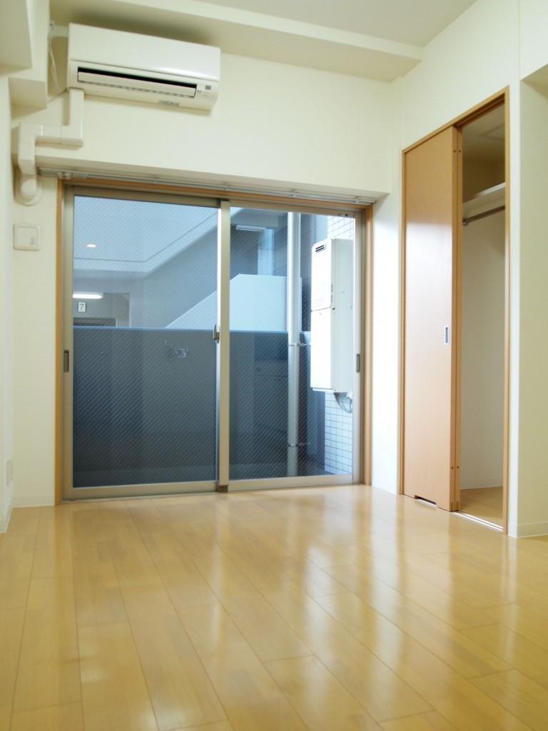 LDK。扉も洗面と合わせた明るいベージュ。OLYMPUS DIGITAL CAMERA