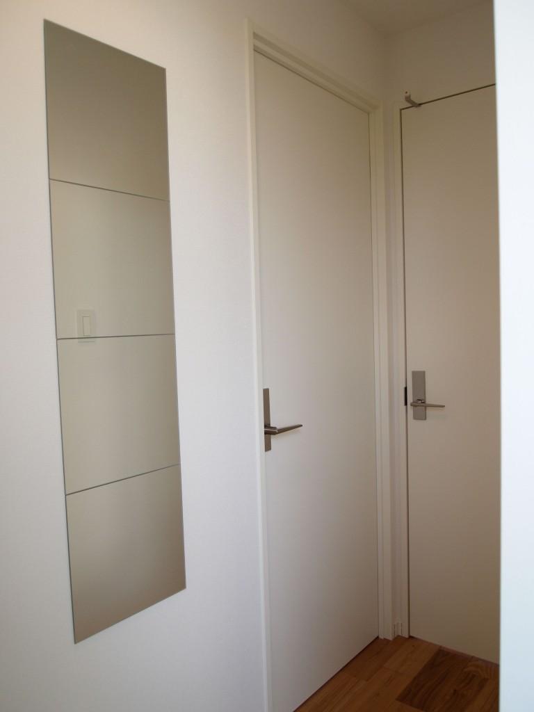 白い壁に、玄関に姿見。お出かけ前のさらりチェックOLYMPUS DIGITAL CAMERA
