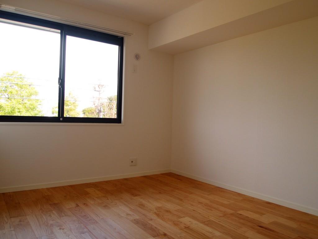 玄関入って左手の扉を開けると、6帖の洋室があります。