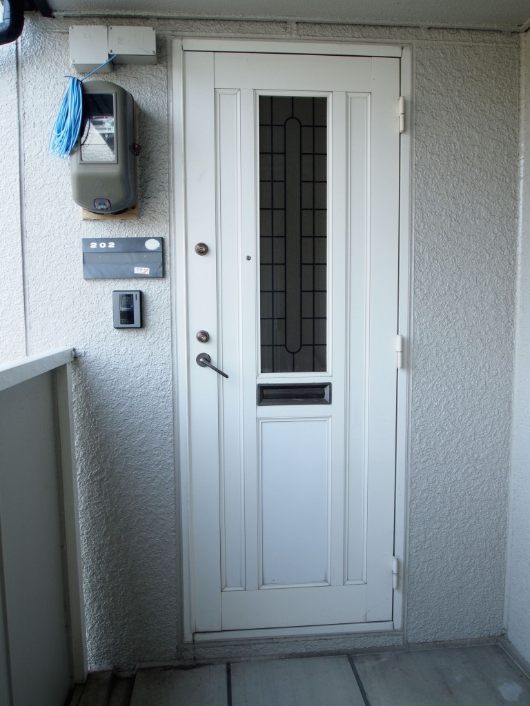 オートロクはないですが、玄関ドアはダブルロックがついています。
