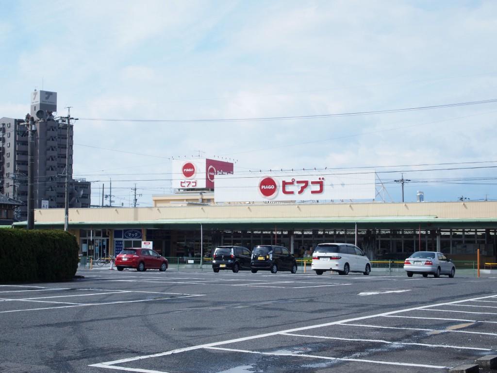 マンションの隣にはスーパーという好立地物件です。