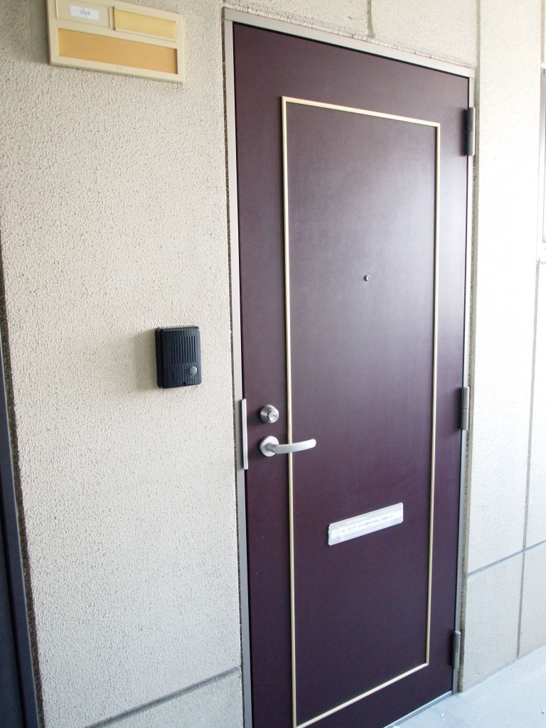 シックな色の玄関ドアです。