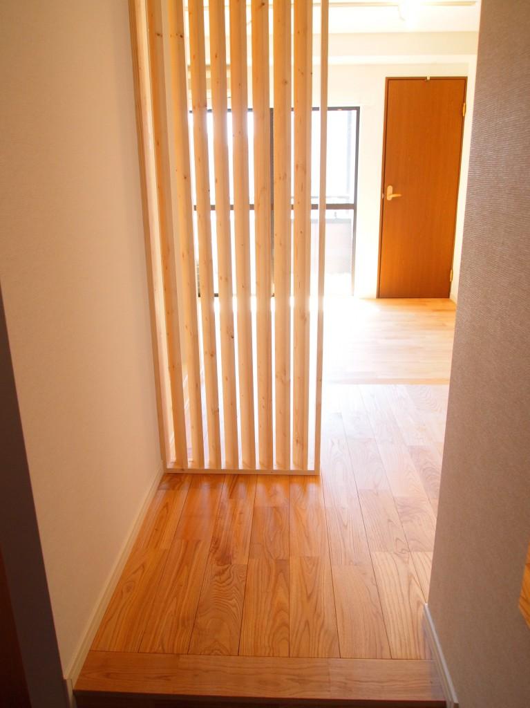 玄関を入ると目の前に木のスリットが。視線を柔らかく遮る仕組みになっています。