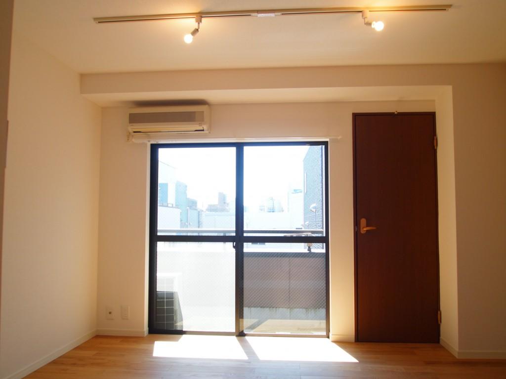 温かみある無垢材の床のお部屋。スポットライトがお洒落です。