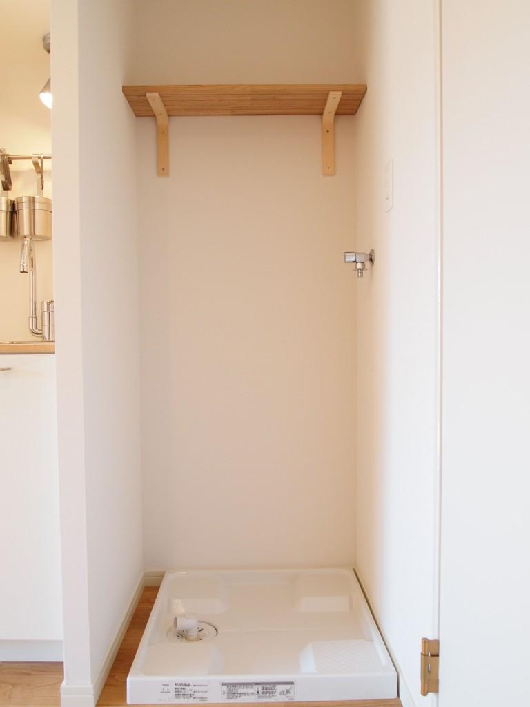 キッチン隣には洗濯機置き場があります。