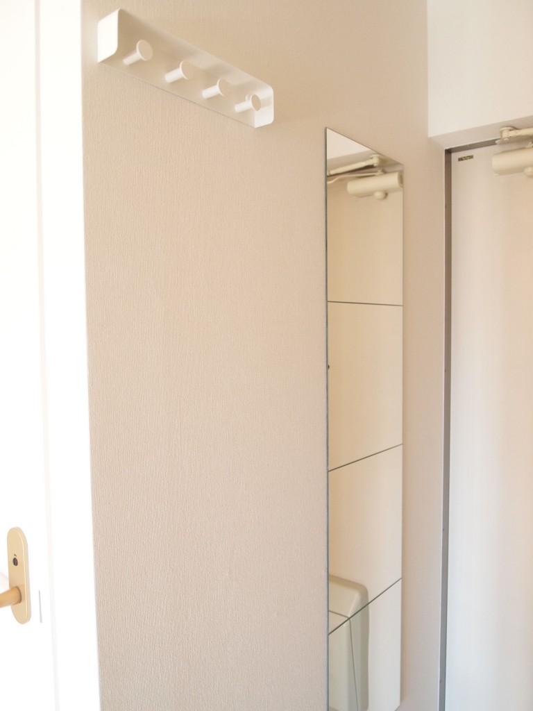 玄関。手前にコートやカバンのかけられるフックと姿見鏡OLYMPUS DIGITAL CAMERA