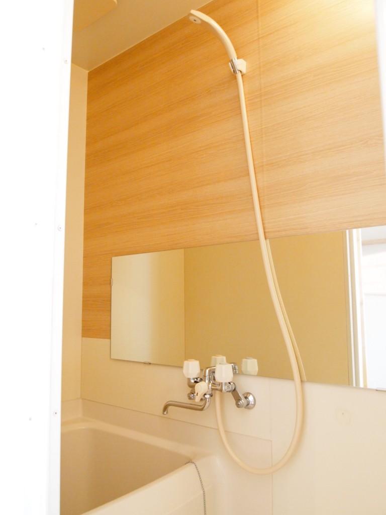 木目調パネルのバスルームに癒されます。