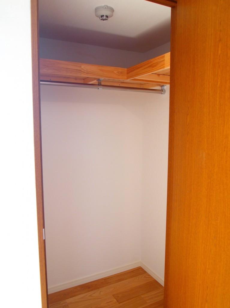 LDKのベランダ並びにある扉を開けると、ウォークインクロークになっています。