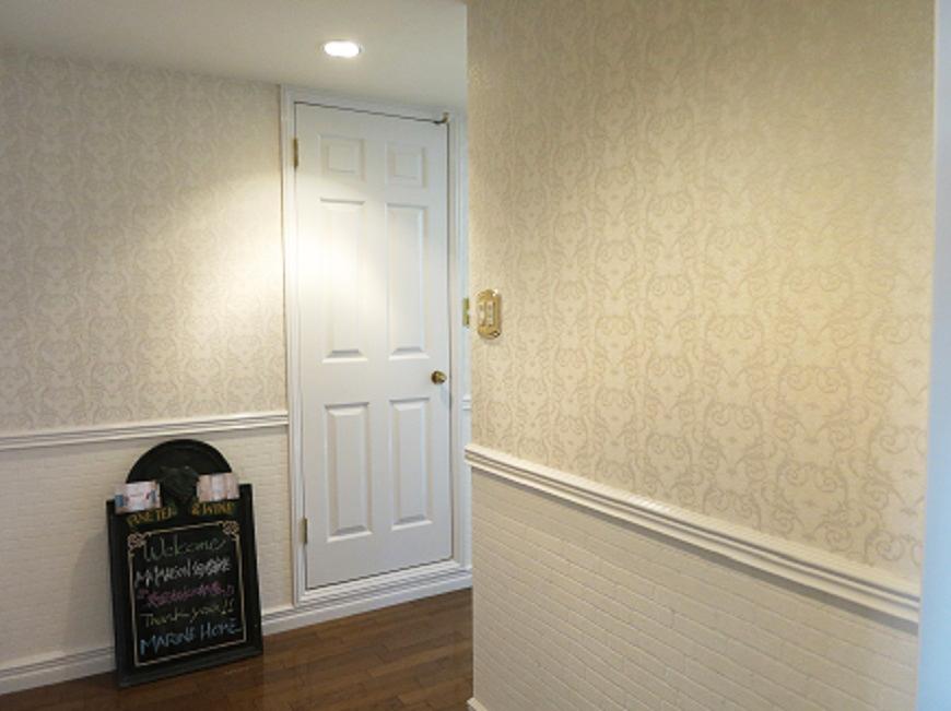 201号室の玄関ドア。エレガントで大人っぽい感じです。