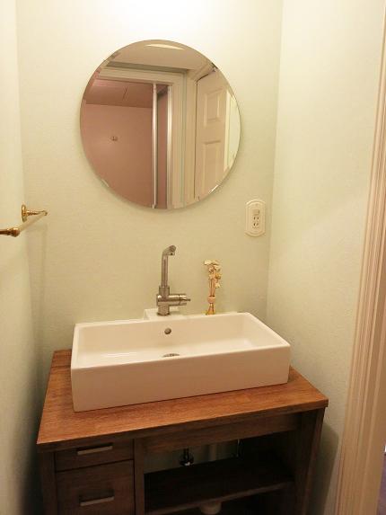 丸い鏡のついた木のぬくもりを感じれる洗面。