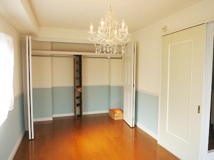 洋室には収納力のある大きなクローゼットがあります。