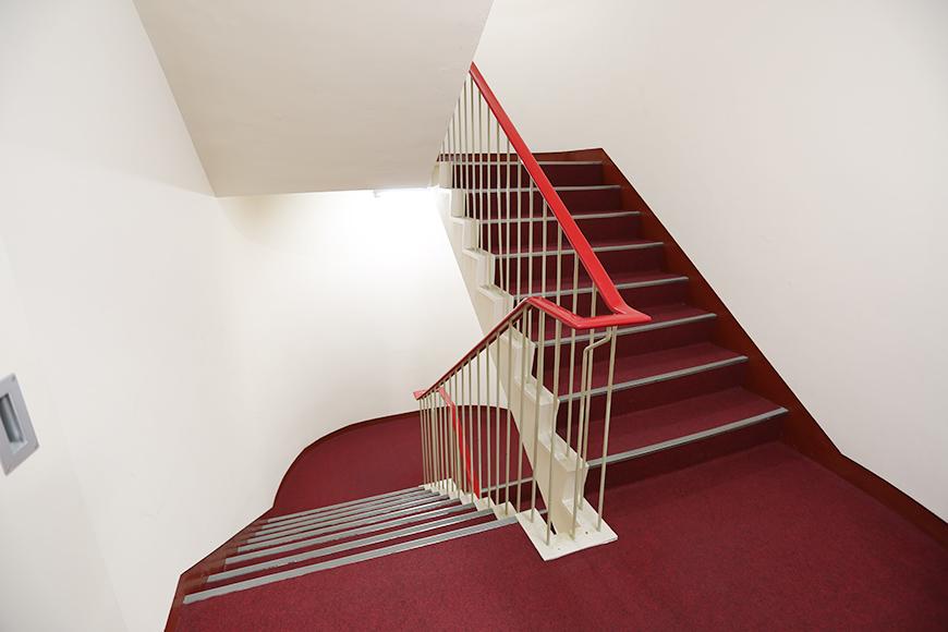 まるでホテルのような赤じゅうたんの階段の踊り場。