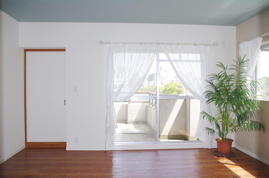 リビングは、シックな水色の天井と、木のぬくもりあふれる一室リビングは、シックな水色の天井と、木のぬくもりあふれる一室IMGP7927_rth