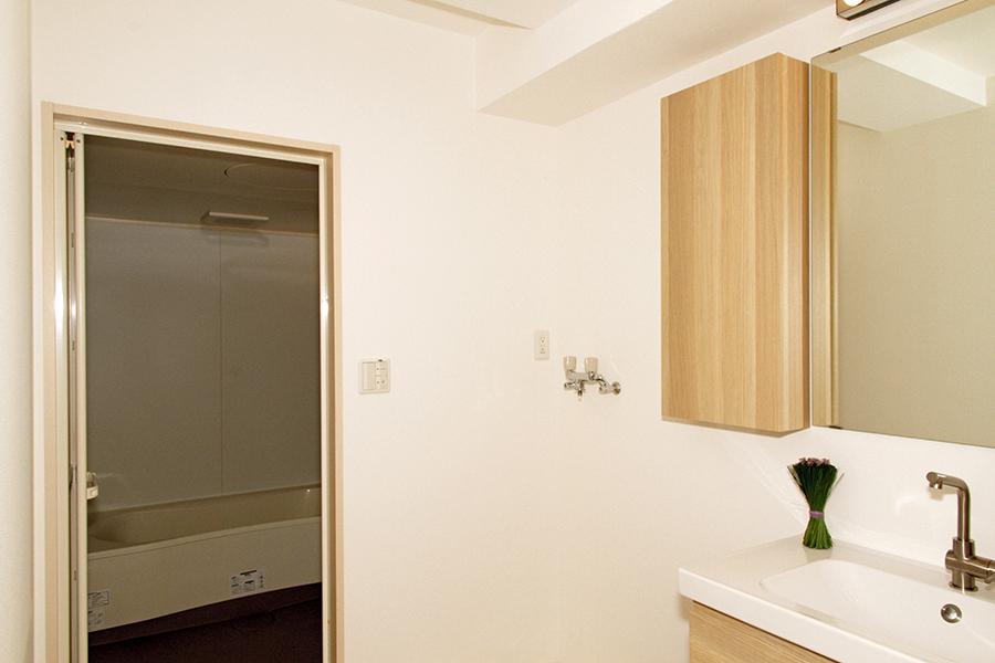 清潔な洗面とバスルーム、室内洗濯機置き場です。